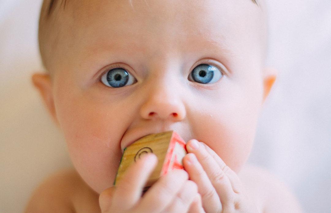 bébé avec cube en bois