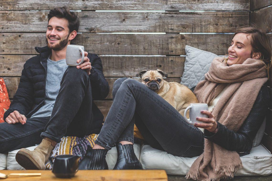 couple avec petit chien