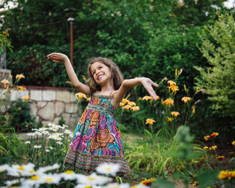 enfant jouant dans le jardin