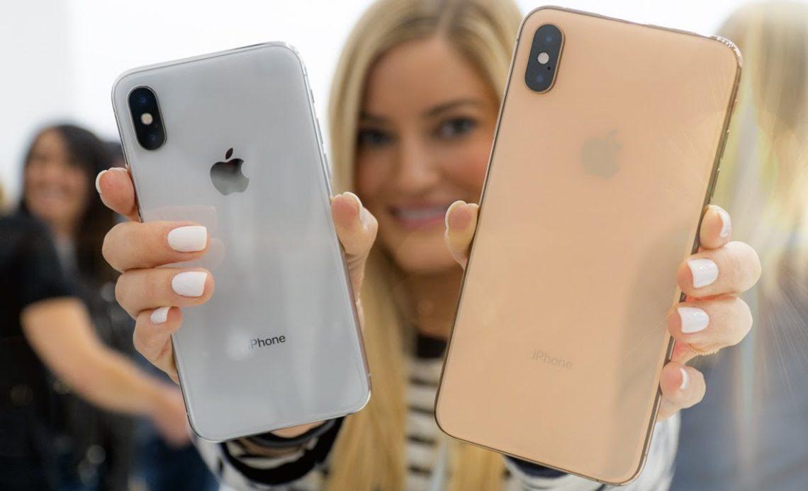 iPhone XS dans les mains d'une femme
